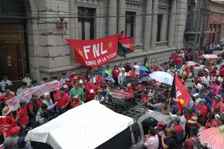 Cientos de salubristas protestan frente al Congreso.(Foto Prensa Libre: Érick Ávila)