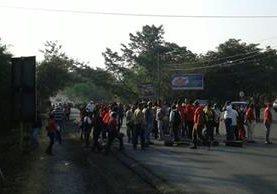 Salubristas impiden el paso de vehículos en la ruta de Ipala a Chiquimula. (Foto Prensa Libre: Víctor Gómez)