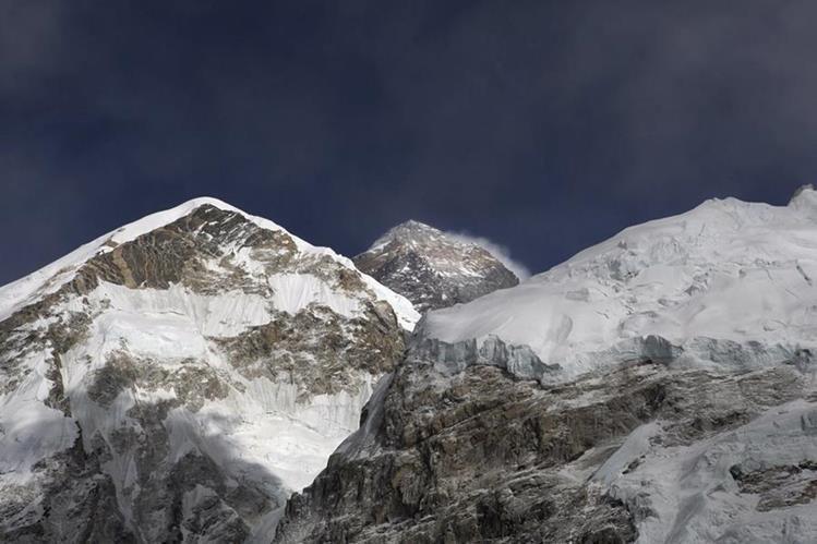 Las condiciones climáticas en el Everest han cambiado de manera acelerada este año. (Foto Prensa Libre: AP)