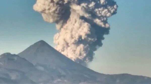 Columna de humo del volcán Santiaguito alcanza más de 4 mil metros sobre el nivel del mar.