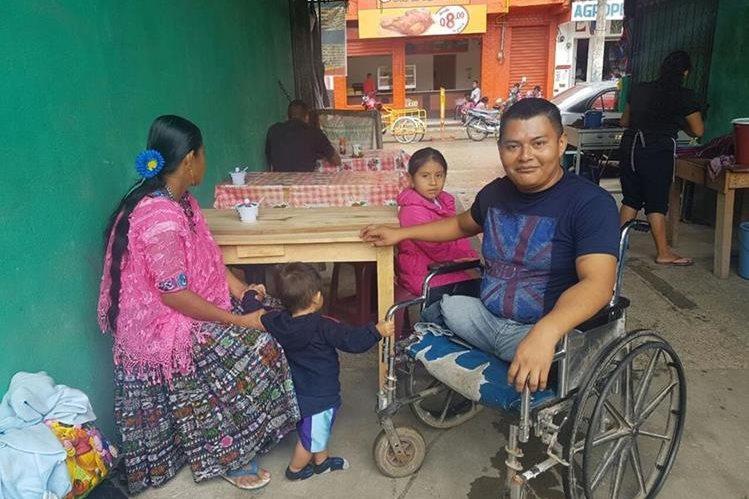 Óscar Bol Sep atiende un pequeño negocio en Poptún, con el cual obtiene recursos para sostener a su familia. (Foto Prensa Libre: Walfredo Obando)