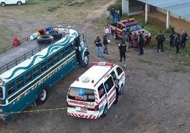 Agentes de la PNC resguardan autobús que fue asaltado en Sumpango, Sacatepéquez. (Foto Prensa Libre: Víctor Chamalé)