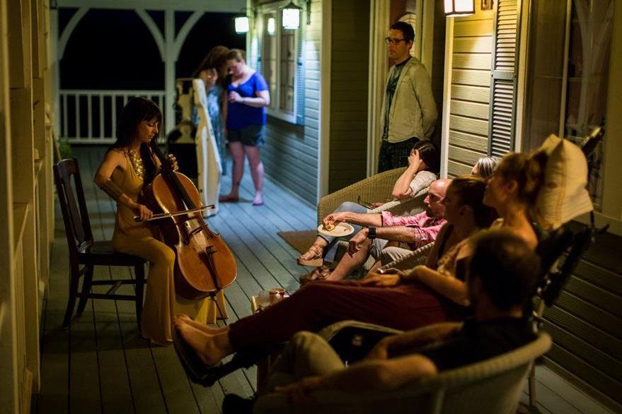 Los amigos de Davis la acompañaron con sonrisas, buena música y comida. (Foto Prensa Libre: AP).