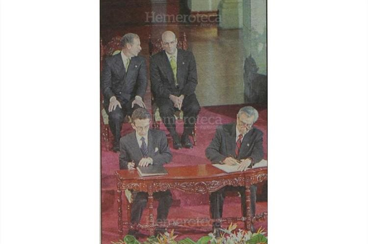 29/12/1996 El presidente de COPAZ, Gustavo Porras, y el comandante Rolando Morán estampan su firma en el Acuerdo de paz. (Foto: Hemeroteca PL)