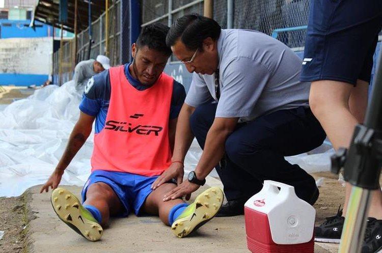 Jonathan García fue asistido por el médico de Xelajú MC. (Foto Prensa Libre: Raúl Juárez)