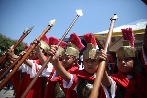 Niños representan a romanos en Villa Nueva. (Foto Prensa Libre: Hemeroteca PL)
