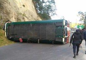 Bus accidentado en ingreso a San Pedro Sacatepéquez, San Marcos. (Foto Prensa Libre: Aroldo Marroquín).