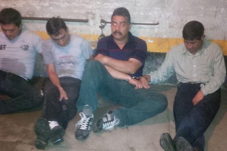 Los cuatro sujetos son trasladados a una subestación de la PNC en San José La Máquina, Suchitepéquez. (Foto Prensa Libre: PNC)