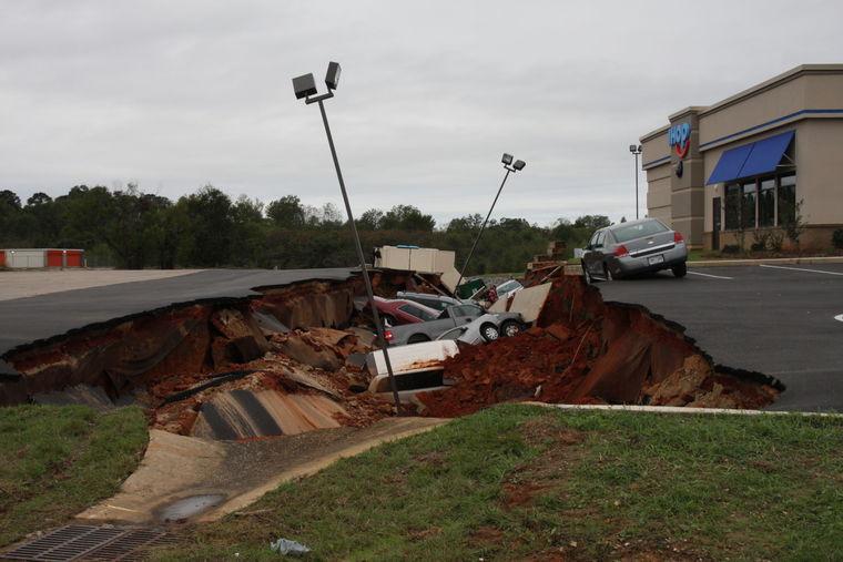 Varios vehículos quedaron bajo tierra. (Foto Prensa Libre: The Meridian Star)