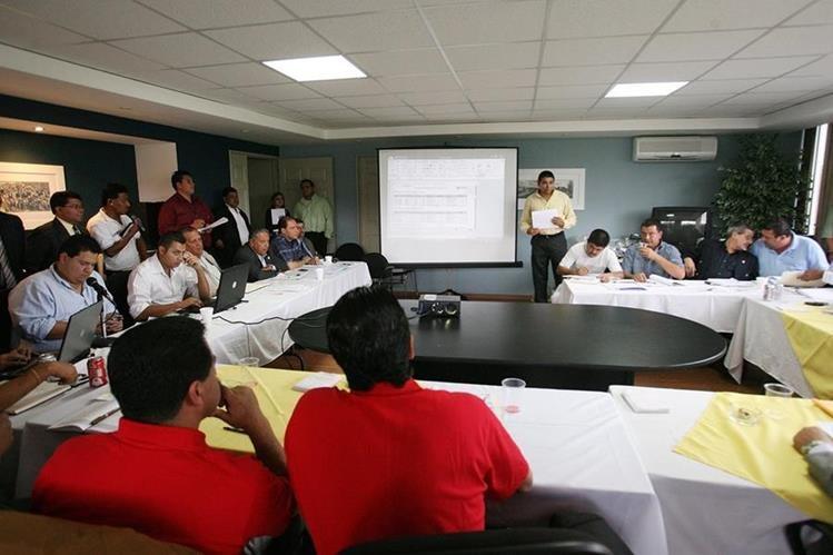 La asamblea del futbol aprobó que a partir de la próxima temporada se darán dos descensos directos. (Foto Prensa Libre: Hemeroteca)