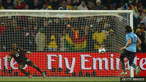 """""""El loco la picó"""", fue la frase que quedó para la posteridad cuando Abreu cobró el último lanzamiento en la definición por penales frente a Ghana. (Foto Prensa Libre: BBC Mundo)"""