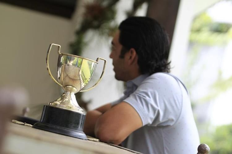 Esta es la primera copa que ganó José Toledo, en la categoría infantil, del Campeonato Nacional de Golf. (Foto Prensa Libre: Carlos Hernández)