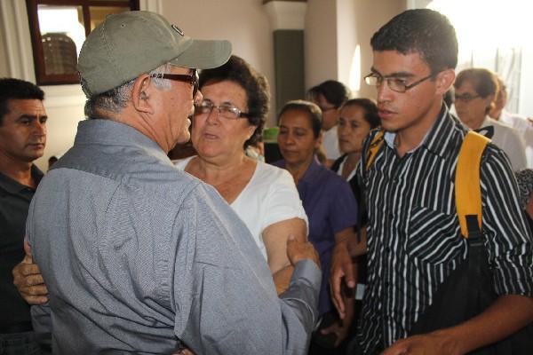 Raúl Ruano, esposo de Carrillo y abuelo de la menor, recibe muestras de condolencia.