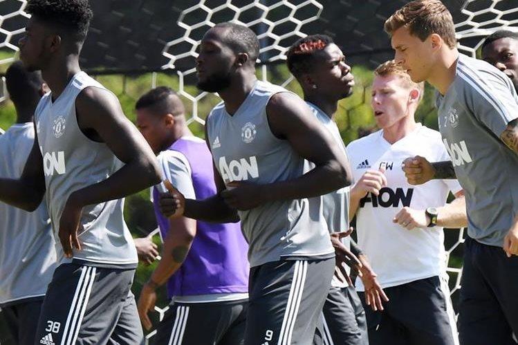 Romelu Lukaku (centro) es una de las figuras del Mánchester United para esta temporada. (Foto Prensa Libre: AFP)