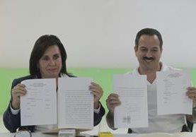 Sandra Torres y Mario Leal Castillo muestran las declaraciones patrimoniales. (Foto Prensa Libre: Edwin Bercián)