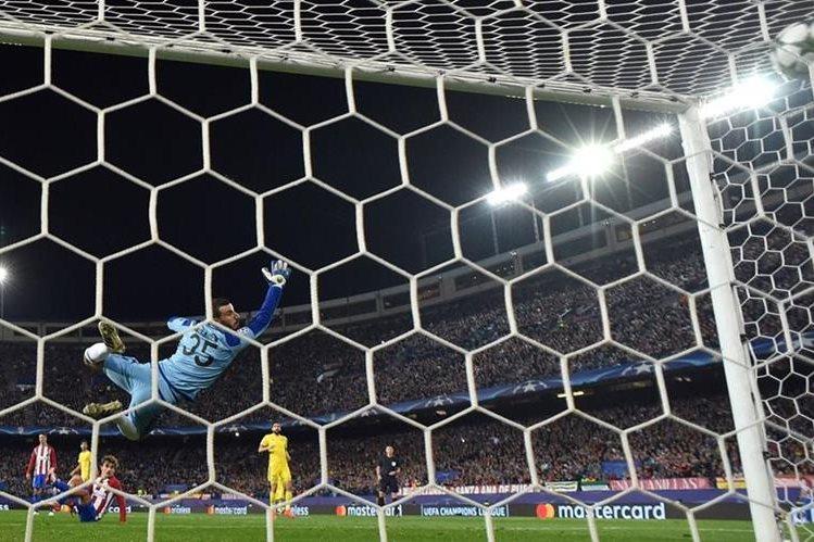 Antoine Griezmann observa desde el suelo como ingresa el balón a la portería de Soslan Dzhanaev (Foto Prensa Libre: AFP)