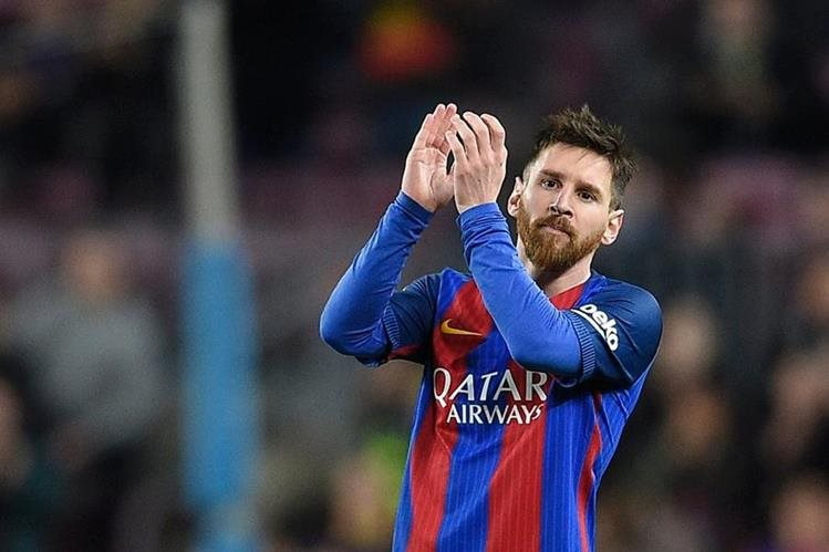 El argentino Lionel Messi aplaude al final del partido que el Barcelona le ganó al Sporting de Gijón 6-1. (Foto Prensa Libre: AFP)