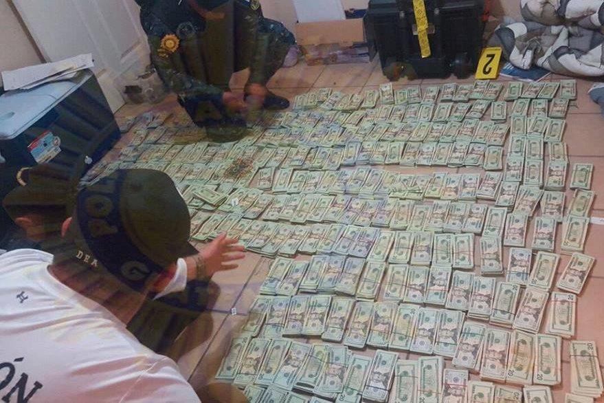 Fajos de dólares incautados. (Foto Prensa Libre: PNC)