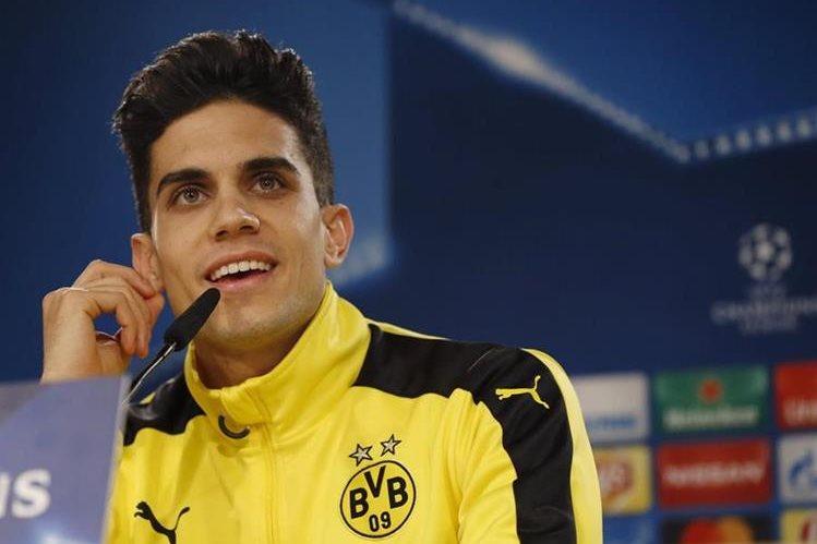 El defensa español Marc Bartra, fue operado con éxito de la lesión en la mano derecha después del atentado que sufrió el autobús del Borussia Dortmund. (Foto Prensa Libre: EFE)