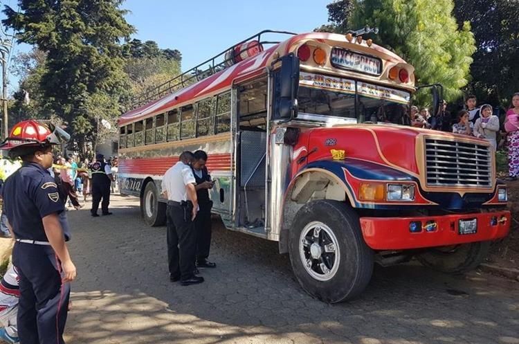 Agentes de la PNC recaban evidencias en el lugar del ataque, en San José Pacul, Santiago Sacatepéquez. (Foto Prensa Libre: Cortesía CBMD)