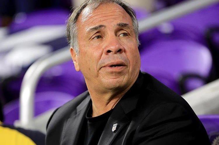 Bruce Arena que llegó al banquillo de Estados Unidos en sustitución de Jürgen Klinsmann buscará dirigir a la selección norteamericana en su tercer mundial después de hacerlo en 2002 y 2006. (Foto Prensa Libre: AFP)
