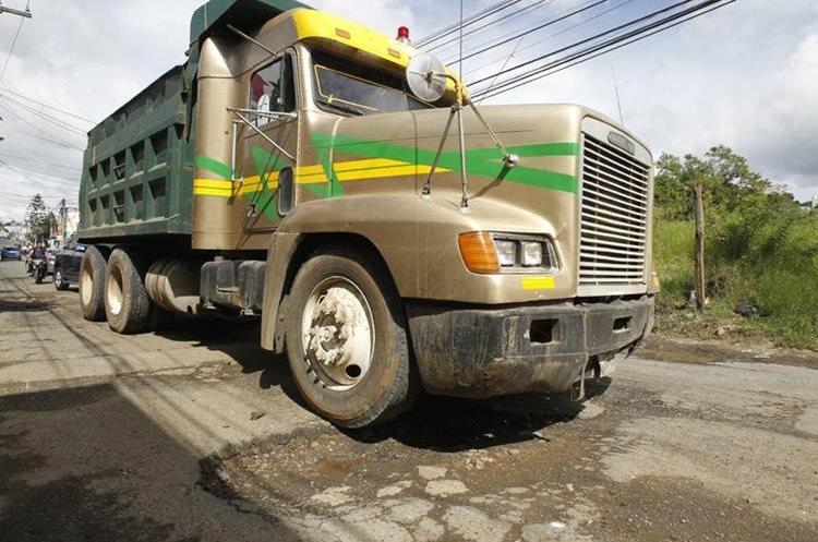 4 calle y 4 avenida zona 2 de Boca del Monte, se encuentran grandes baches en el asfalto.   Fotografía: Paulo Raquec