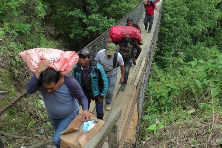 La persistente lluvia de los últimos días provocó un nuevo derrumbe en el cerro Lec, km 113, que bloqueó el paso vehicular. (Foto Prensa Libre: A. Julajuj)