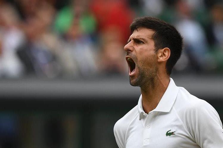 El tenista serbio Novak Djokovic festeja durante el partido de este martes en Wimbledon. (Foto Prensa Libre: AFP)