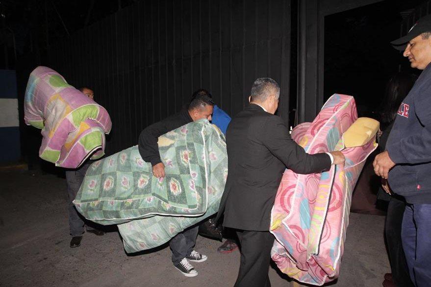 Conocidos de los capturados ingresan colchonetas a la cárcel donde Antonio Saca y otros exfuncionariso se encuentran detenidos. (Foto: La Prensa Gráfica).