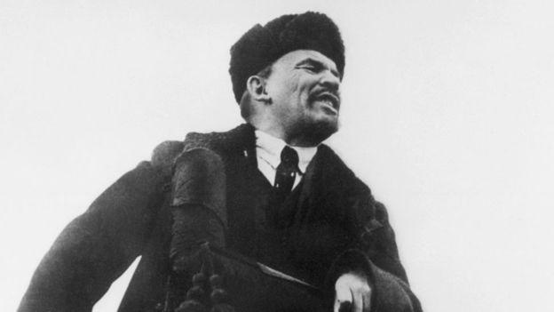 Tras llegar al poder Lenin (aquí en 1918) eliminó el calendario juliano. El 31 de enero de 2018 se cambió al sistema gregoriano y en vez de 1 de febrero ese año se pasó directamente al 14 de febrero. GETTY IMAGES