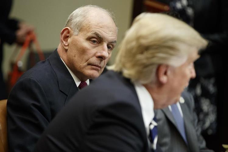 John Kelly (i) escucha a Donald Trump durante una reunión sobre seguridad en la Casa Blanca.(AP).