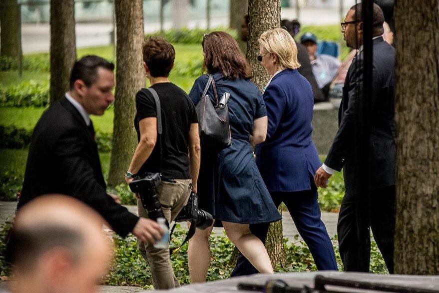 Hillary Clinton se retira de ceremonia S-11 por malestares. (AP)