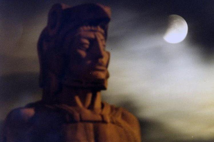 Escultura de Tecún Umán, elaborada por el artista Roberto González Goyri. (Foto: Hemeroteca PL)