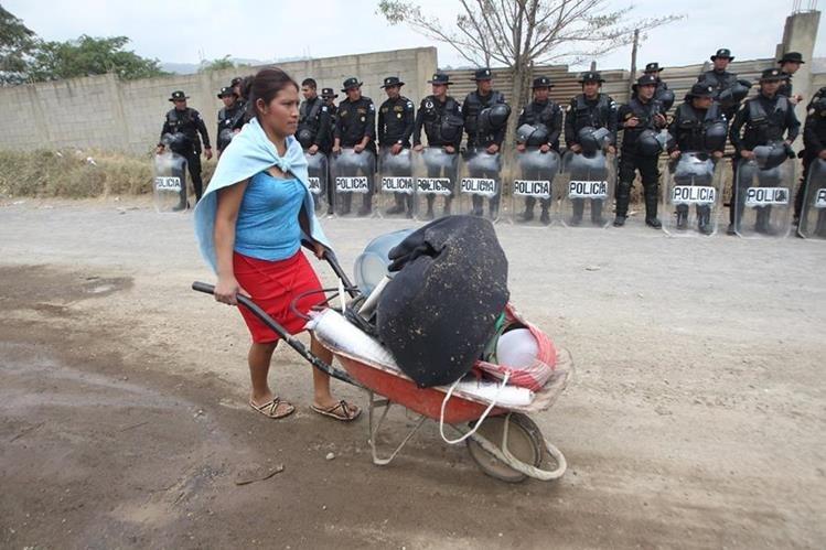 Familias desalojaron los terrenos sin resistancia. (Foto Prensa Libre: Erick Avila)