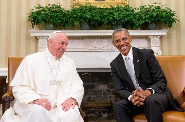 Papa Francisco junto a Barack Obama. (Foto Prensa Libre: Info 7).