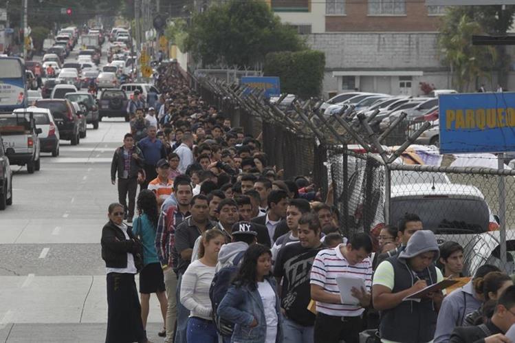 Quince mil plazas se ofrecerán en Feria del Empleo el próximo 27 y 28 de abril en el Parque de la Industria, la entrada es gratuita pero debe llenar una boleta para poder ingresar. (Foto Prensa Libre: Hemeroteca)