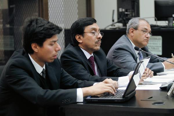 Jorge Alfredo Sactic Estrada (al centro), es acusado de lavado de dinero y caso especial de estafa. (Foto Prensa Libre: Hemeroteca PL)