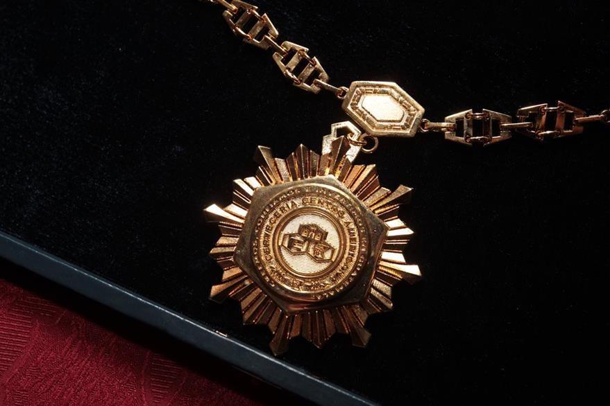 Medalla Orden de Cervecería Centroamericana, S.A., en el grado de Gran Cruz. (Foto Prensa Libre: Edwin Castro)