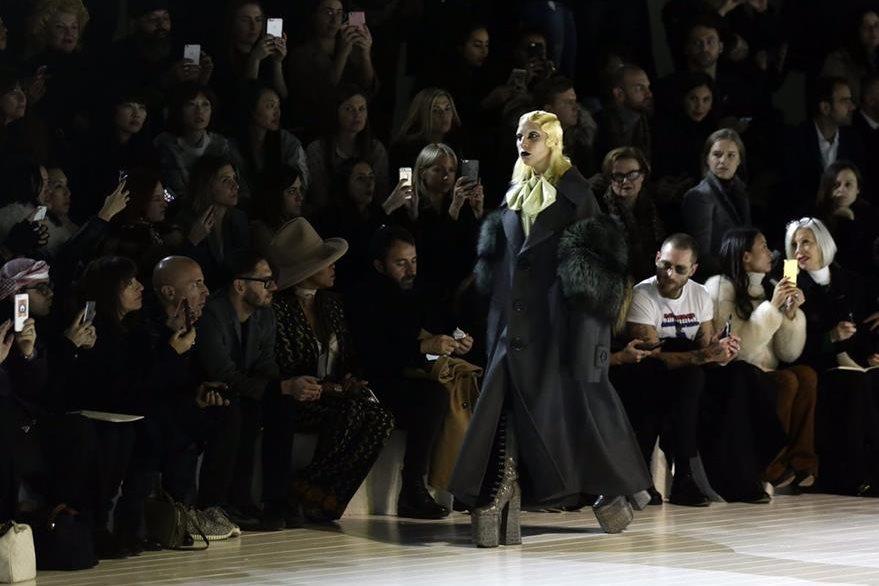 La cantante estadounidense visitó la colección Otoño de Marc Jacobs. (Foto Prensa Libre: EFE)