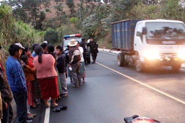 <p>Bomberos y curiosos observan el cadáver de Ángel Lacán Miculax, hallado en Parramos. (Foto Prensa Libre: Víctor Chamalé)<br></p>