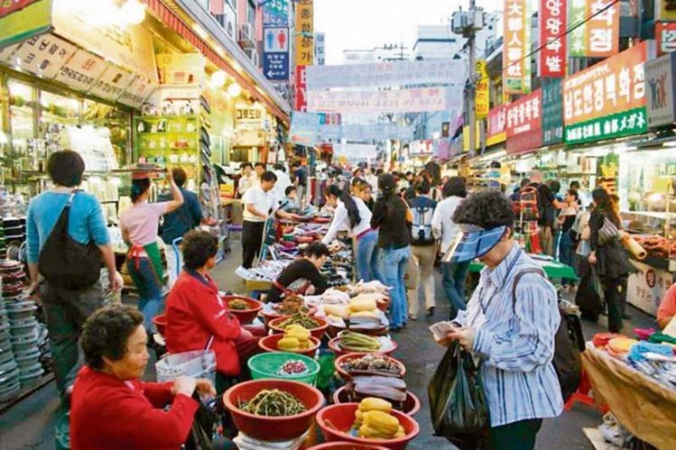 calle comercial en Seúl, capital de Surcorea, una de las economías más grandes del mundo.