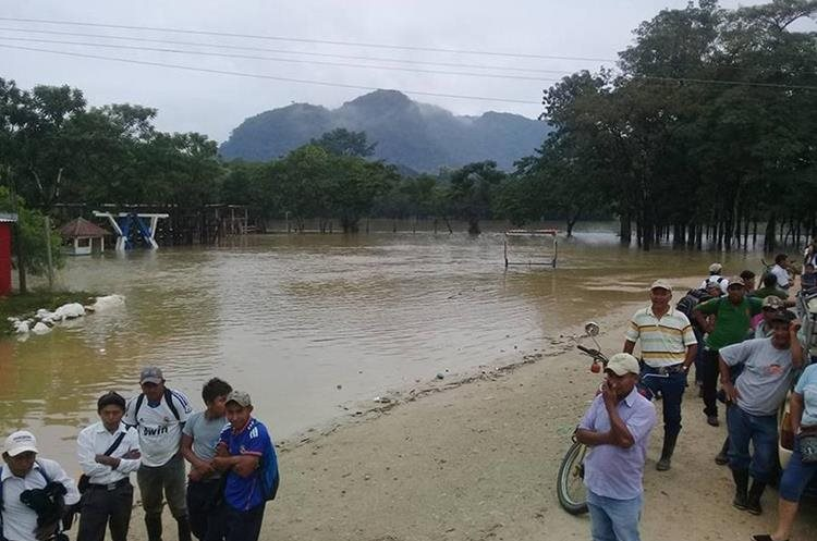 El río San Simón se salió de su cauce y perjudicó a unas 200 viviendas. (Foto Prensa Libre: Eduardo Sam Chun)