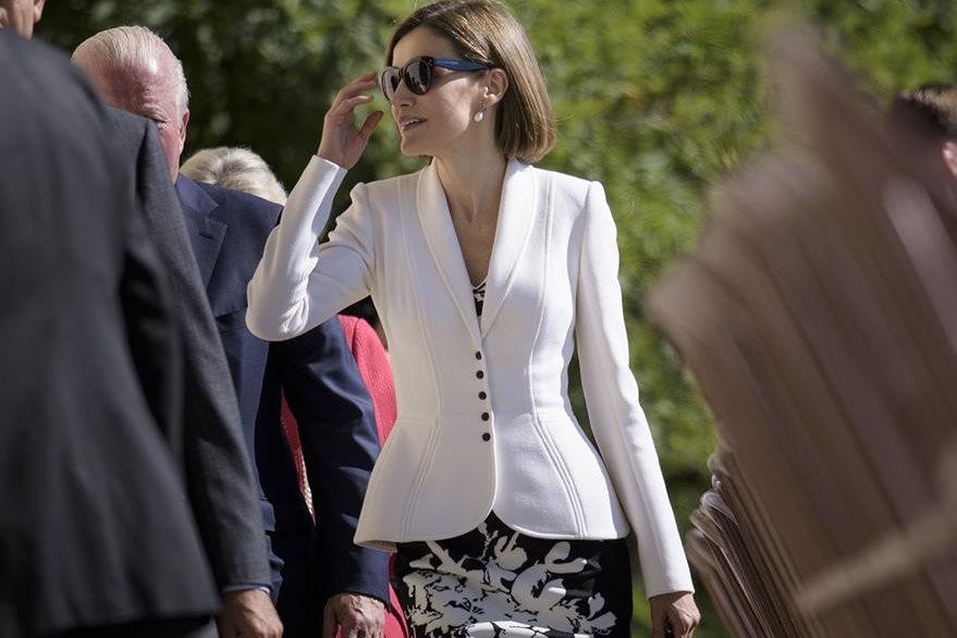Letizia le apuesta a un conjunto clásico que le permite pasar de los formal a lo casual. (Foto Prensa Libre: AFP).