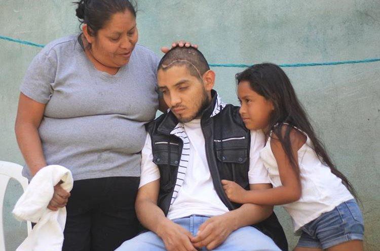 Gerber Emanuel Chajón Pérez, de 21 años, perdió la vista en el accidente.(Prensa Libre:Esbin García)