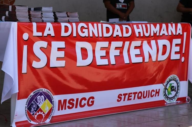 Los docentes colocaron mantas durante la protesta en la plaza central de Santa Cruz del Quiché. (Foto Prensa Libre: Héctor Cordero)