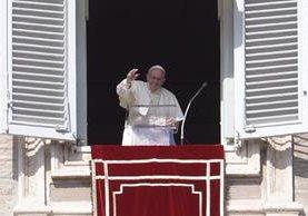 El papa Francisco saluda a los fieles que se congregaron en la Plaza San Pedro a escucharlo. (Foto Prensa Libre: AFP).