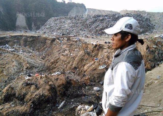 José René Taques, busca a su compañero que desapareció ayer luego del deslizamiento. (Foto Prensa Libre: Érick Ávila)