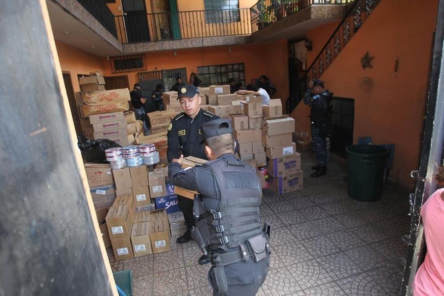 Producto de consumo diario caduco es parte de lo incautado en la zona 7. (Foto Prensa Libre: Érick Ávila)