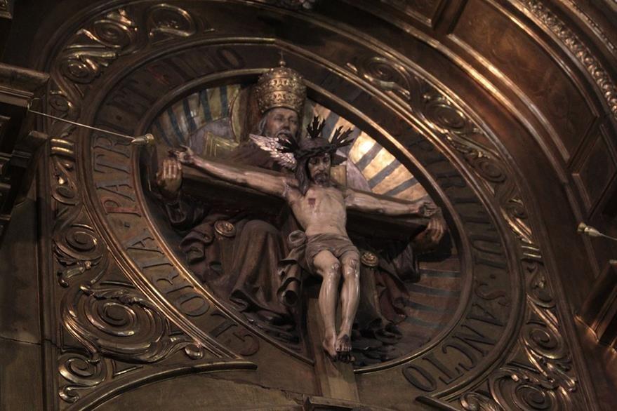 Imagen que representa a la Santísima Trinidad,colocada en la parte superior del retablo. (Foto Prensa Libre: Edwin Castro).