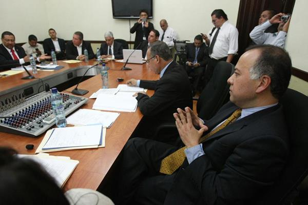 Leonel Rodríguez explica sus argumentos ante los diputados pesquisidores. (Foto Prensa Libre)